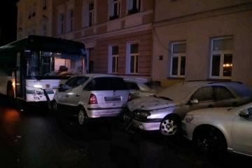 Autobusem poničil 11 zaparkovaných vozidel