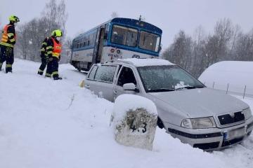 Na přejezdu v Božičanech se srazilo osobní auto s vlakem