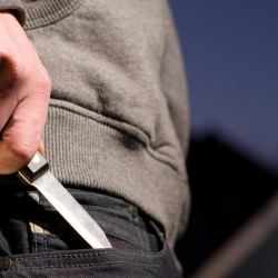 Ženu napadl nožem. Zranil i muže, který ženu bránil. Hádka vyvrcholila až ve fyzické napadení. Muže napadl nožem