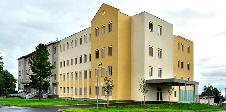 Upozornění na organizační změny v chebské nemocnici, Chebská nemocnice je na hraně kapacit. Ministr Blatný přesto odmítá aktivaci přeshraniční pomoci