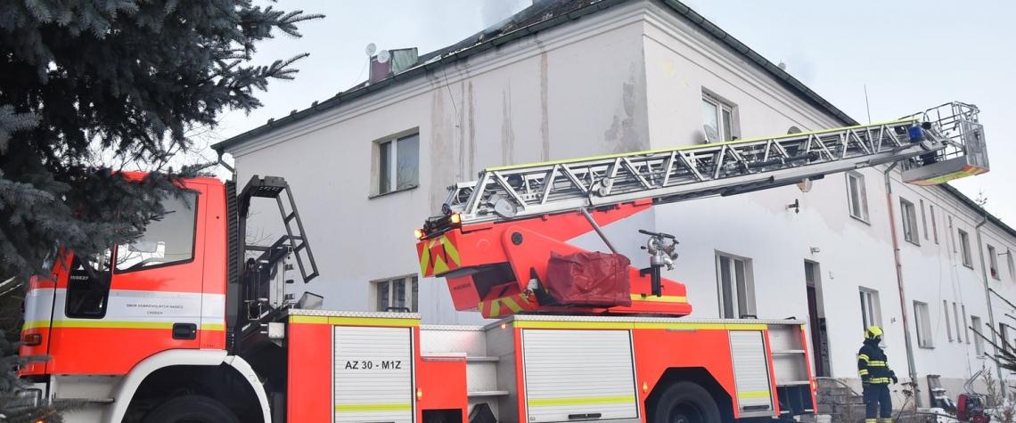 V Chodově vyhořel byt, obyvatelé celého domu museli na noc do evakuačního centra