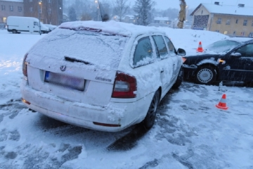 Sníh v kraji zkomplikoval dopravu. Přes dvě desítky dopravních nehod a uvízlé kamiony