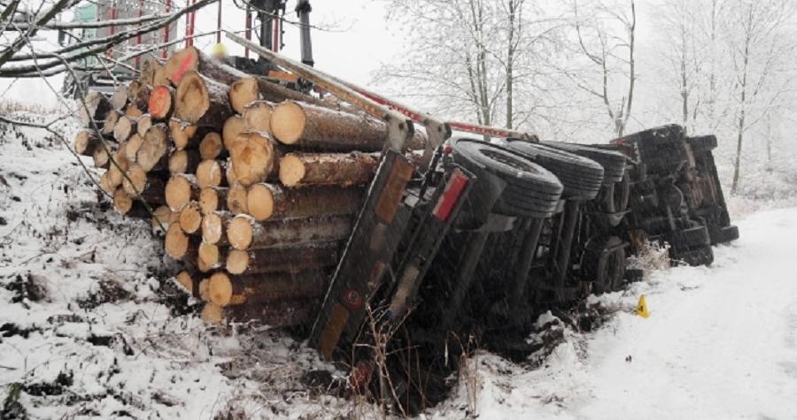 Dopravní nehody v Karlovarském kraji, S vozidlem se převrátil na bok. Na zasněžené vozovce zřejmě nepřizpůsobil rychlost jízdy
