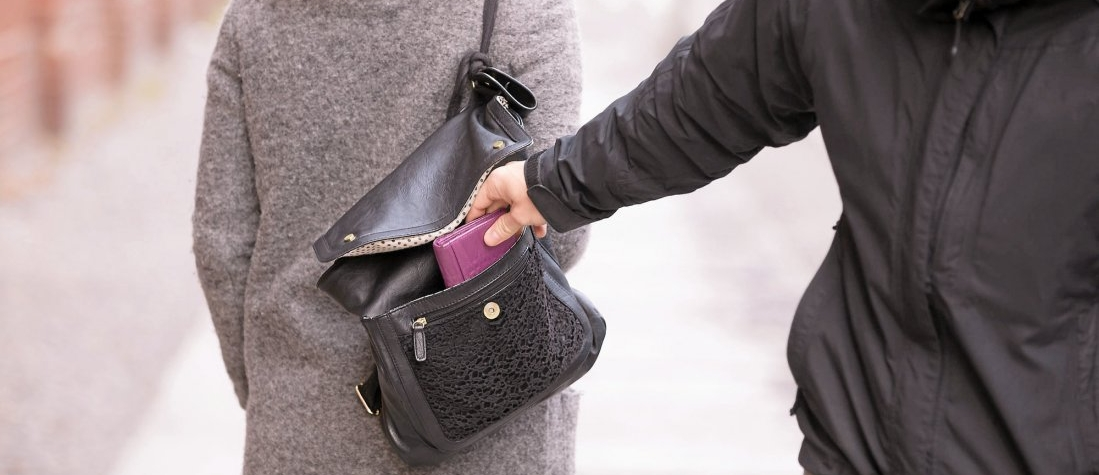 Seniorce z kabelky odcizil peněženku. Nyní mu hrozí až osmileté vězení