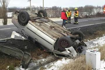 Čtyři dopravní nehody, tři zraněné osoby