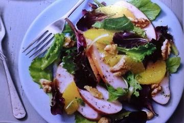 RECEPTY: Předkrm – salát s uzeného kuřete s vlašskými ořechy