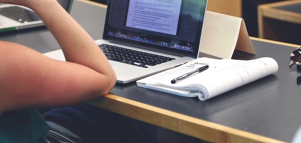 Karlovarský kraj získal finanční dar a nakoupil notebooky pro střední školy