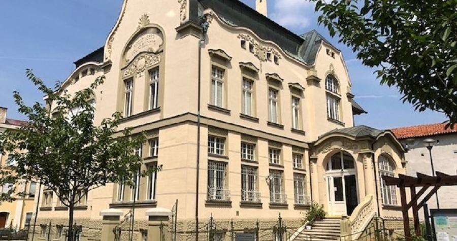 Chebská knihovna nabízí i zvukové knihy, Městská knihovna Cheb dnes slaví 110 let
