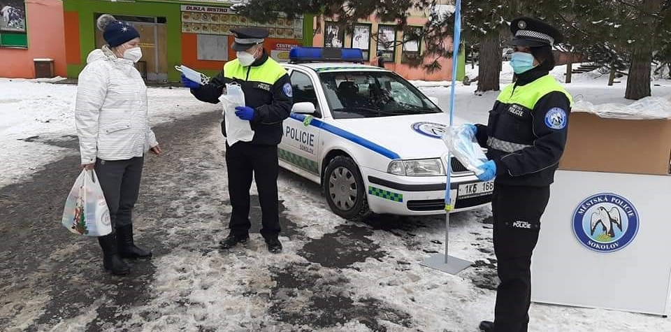 Městská policie v Sokolově už distribuovala tisíce roušek
