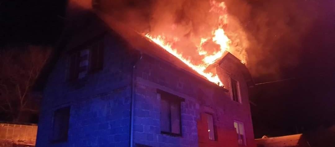 V Jakubově vyhořel rodinný dům, majitele transportoval do nemocnice vrtulník