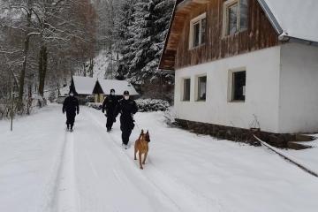 Kontroly chatových oblastí. Policisty doprovodil policejní psovod se služebním psem