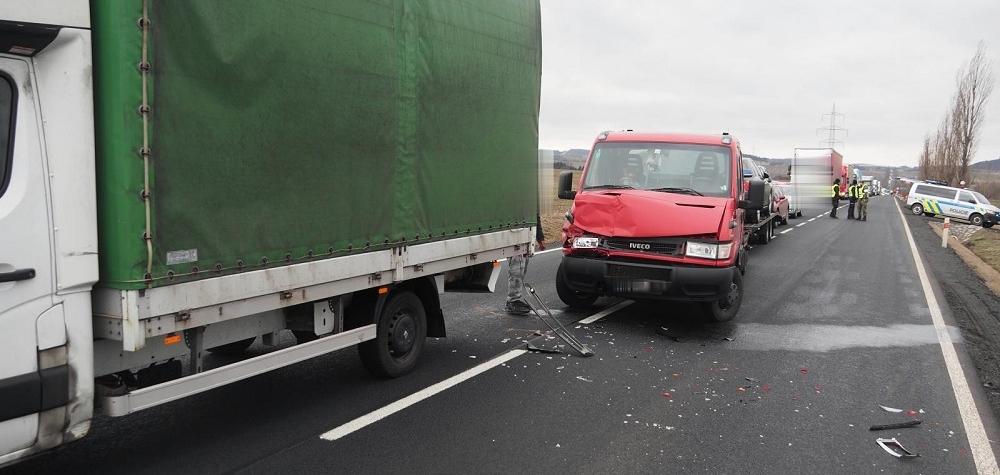 Nedodržel bezpečnou vzdálenost a zezadu narazil do nákladního automobilu