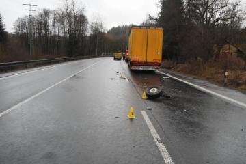 Při řízení hledala láhev s pitím a narazila do projíždějícího nákladního vozidla
