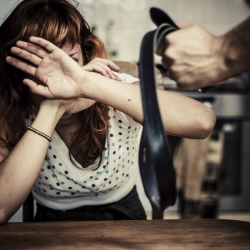 Dlouhodobě týral ženu. Nyní mu hrozí až osmileté vězení, Vyhrožoval své manželce. Několikrát jí měl také fyzicky napadnout