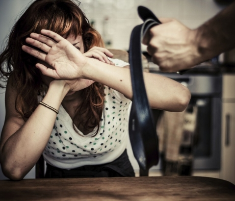 Muž týral svou přítelkyni, hrozí mu desetileté vězení