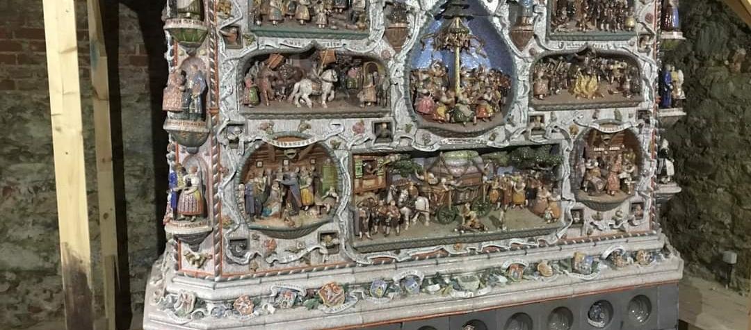 Pokračují restaurátorské práce na historických kamnech Williho Russe.
