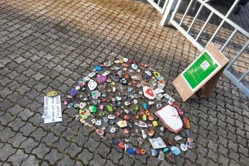 Lidé poděkovali policistům. V Kraslicích vytvořili srdce z putovních kamínků
