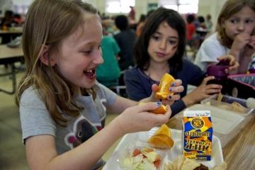 Děti ze sociálně slabých rodin budou moci znovu získat obědy zdarma