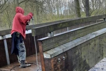 Karlovy Vary opravují lávku na Karlově stezce