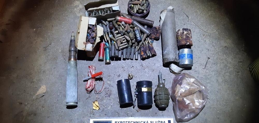 Ve sklepě nalezla munici. Pyrotechnik munici odvezl k likvidaci