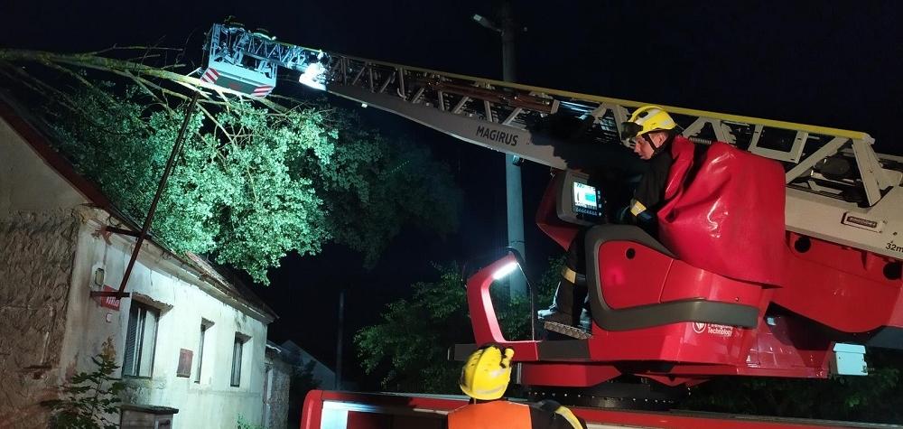 Krátká, ale silná bouřka zaměstnala v úterý večer hasiče ze 36 jednotek