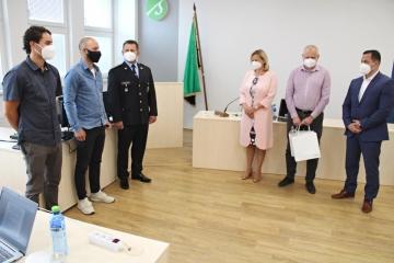 Vedení města Sokolov ocenilo policistu a jeho kamaráda, kteří zachránili topící se vodáky na Ohři