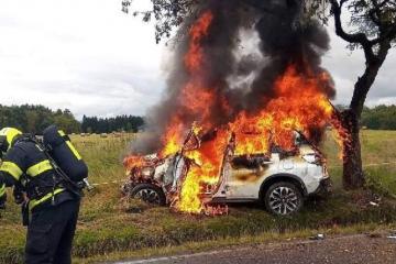 Při dopravní nehodě začal automobil hořet