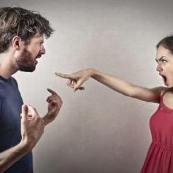 žárlivá žena vtrhla do cizího bytu a hledala svého muže