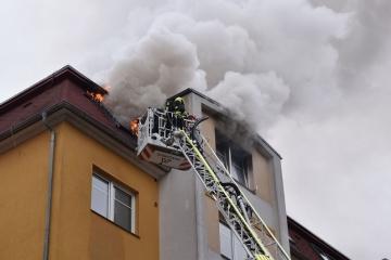 V Karlových Varech vyhořel podkrovní byt