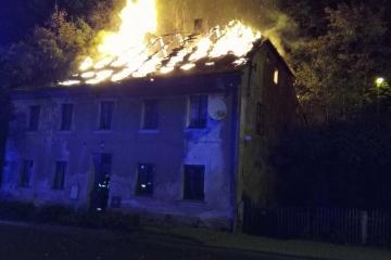 V Lokti na Sokolovsku zcela shořela střecha domu